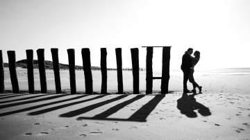 Séance d'engagement à la plage pour Ines et Jean